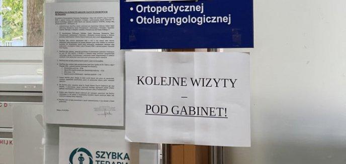 Pacjent oburzony napisem na kartce w poliklinice