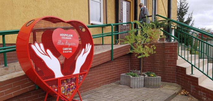 Artykuł: Pod olsztyńskim Caritas stanął pojemnik na nakrętki. Pieniądze z ich sprzedaży przeznaczą na sprzęt medyczny [ZDJĘCIA]