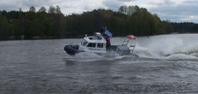 Artykuł: Wiatr wywrócił łodzie, policjanci wyciągnęli z wody kilkanaście osób