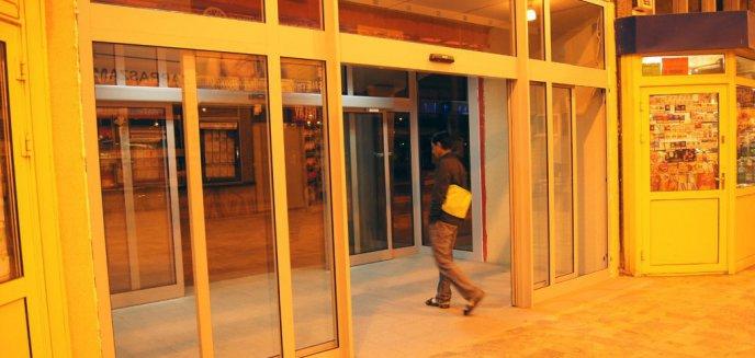 Artykuł: Nowe drzwi zamontowane, czyli element cywilizacji na Dworcu Głównym